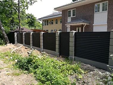 Бетонные столбы для забора. Производство и установка заборов и ворот в Москве и Московской области. Купить ограждения, калитку, ворота.